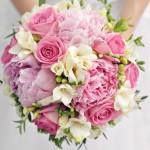 Свадебный букет из роз, пионов, фрезий